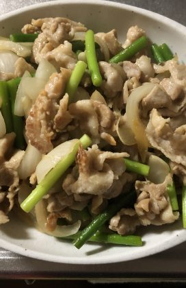 片麻痺の料理(ニンニクの芽と豚バラ)